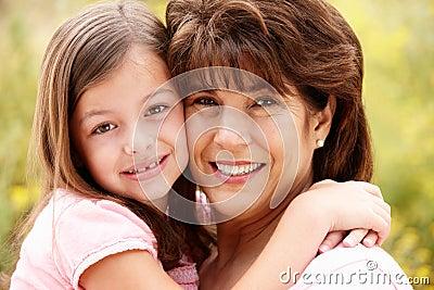 Schließen Sie oben von der hispanischen Großmutter und von der Enkelin