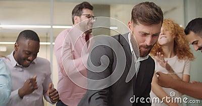 Schließt aufgeregte Arbeiter aus, die im Bürobereich los geworden sind Überfreuliche Büroangestellte tanzen, lächeln, feiern Ende stock video footage