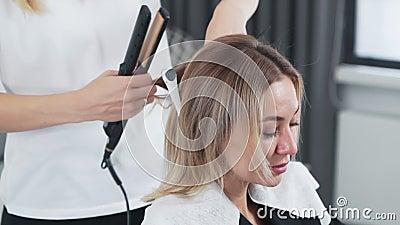 Schließt Friseur Kämme Haarstränge des Kunden in Schönheitssalon, Zeitlupe stock video