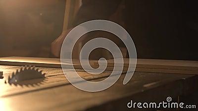 Schlie?en Sie herauf Ansicht eines Tischlers, der ein Lineal verwendet, um eine Zeile auf einem Vorstand zu zeichnen stock video
