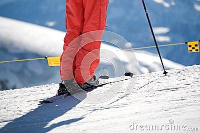 Schließen Sie oben vom Ski und von der Hose und vom Skipol