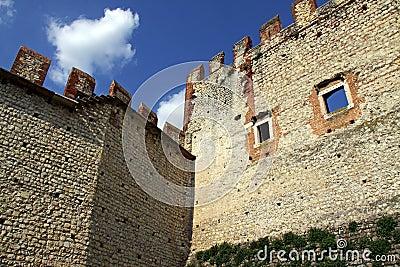 Schlosswand und -zinnen