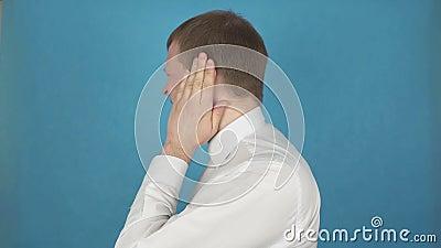 Schmerz im Ohr vom Otitis externa Blutgeschwür oder Eitergeschwür des externen Gehörkanals verletzung Person mit Ohrmuschelentzün stock footage