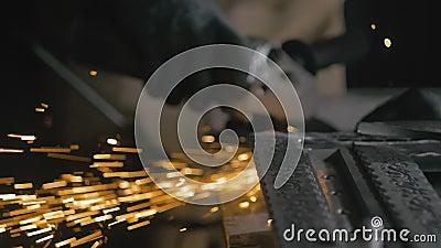 Schmiedewerkstatt Behandlung des Endprodukts Detaillierte Angaben zu Funken, Industriearbeiter mit Winkelschleifer und stock video
