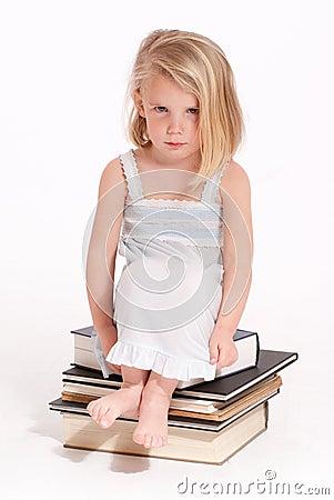 Schmollendes kleines blondes mädchen in einem nachthemd das auf