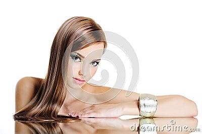 Schöne Frau mit dem geraden langen Haar