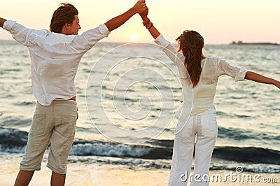 Schöne Paare durch ein blaues Meer