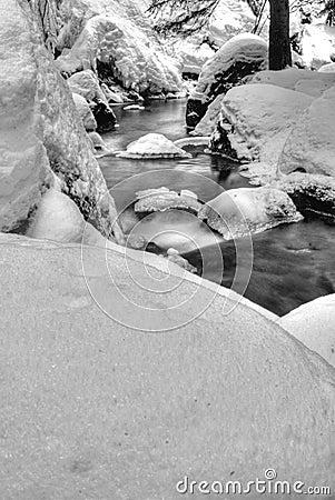 Schnee deckte Riverbank ab