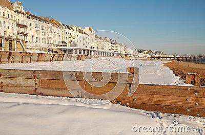 Schnee deckte Strand, St.Leonards-on-Sea ab Redaktionelles Stockbild