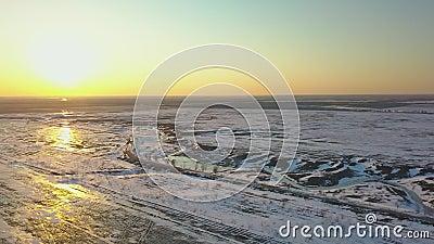 Schneebedeckte Felder bei Sonnenuntergang aus Vogelperspektive stock video footage