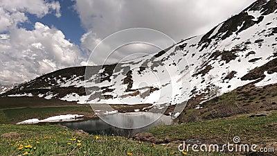 schneebedeckte Hillside Lebhafte Cumulus-Wolken fliegen schnell über den blauen Himmel stock footage