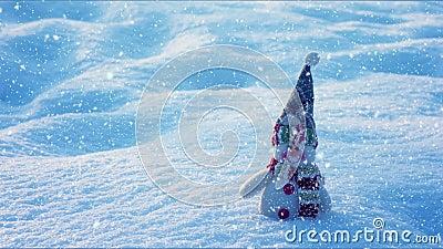 Schneemann auf Schnee, Winterkonzept, Weihnachtsdekoration stock video