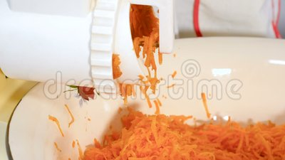 Schneiden von Karotten in einem elektrischen Schleifer der Küche stock video