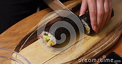 Schnitt der Sushirolle stock footage