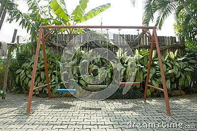 Schommeling in de groene tuin
