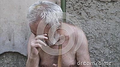Schreeuwende mens met een riet op de straat stock footage