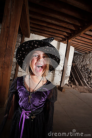 Schreiende junge Hexe