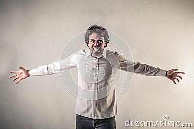 Schreiender Mann mit den geöffneten Armen