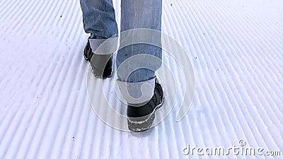 Schritte im Schnee stock video