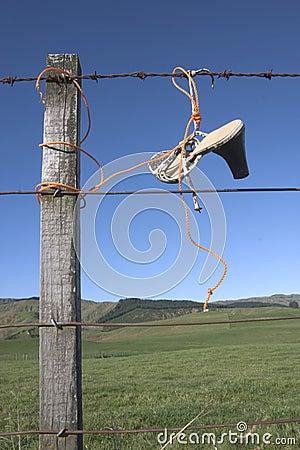 Schuhe auf Zaun