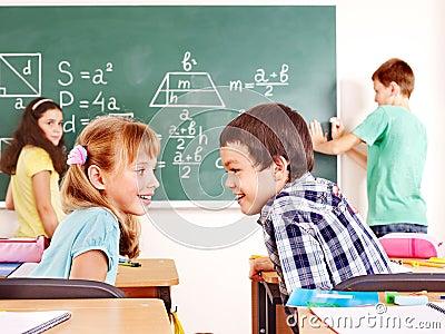 Schulkindschreiben auf Tafel.