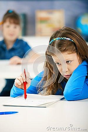 Schulmädchen, die Prüfungen schreiben