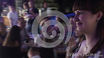 Schwangere Frau der Junge erhalten Geschenk vom Wirt im Restaurant fall celebrate stock video footage