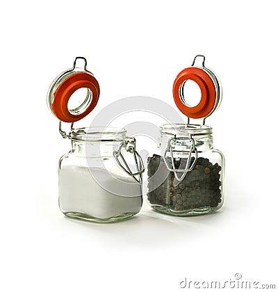 Schwarze Pfefferkörner und Salz