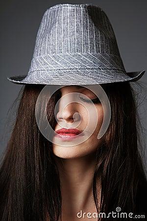 Schwarzer Büstenhalter und grauer Hut.