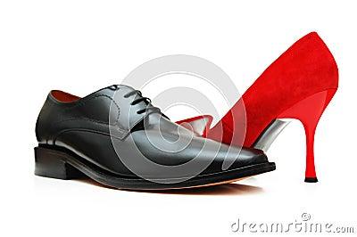 Schwarzer männlicher Schuh und rote Frau