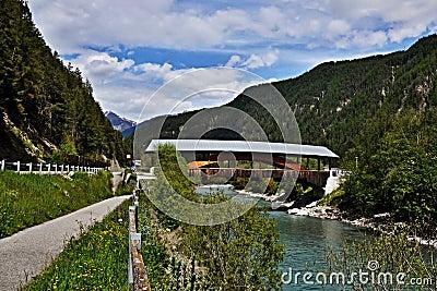 Schweizer Alpe-Brücke über dem Fluss-Gasthaus
