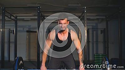 Schwergewichts- anhebende Stange der Crossfit-Eignungs-Turnhalle durch Training des starken Mannes stock footage