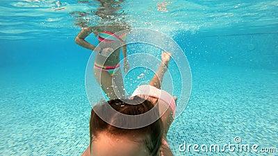 Schwimmen des kleinen Mädchens Unterwasser im Pool stock video