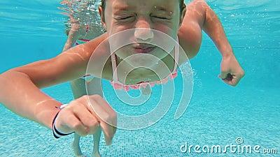 Schwimmen des kleinen Mädchens Unterwasser im Pool stock footage