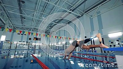 Schwimmer mit Sprüngen einer Beinprothese in das Pool, Abschluss oben