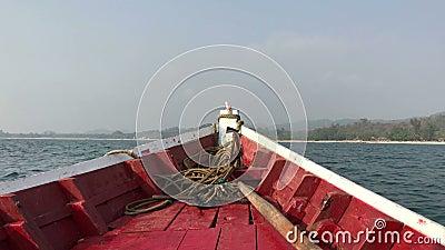 Schwingen des Bogens des Bootes auf den Wellen stock video footage