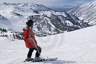 Sciatore alla stazione sciistica stupefacente