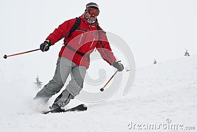 Sciatore della montagna del primo piano che si muove velocemente