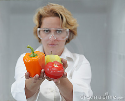 Scientifique féminin offrant la nourriture normale