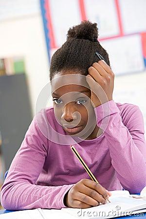 Scolara sollecitata che studia nell aula