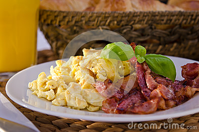 Scrambled eggs with crispy bacon