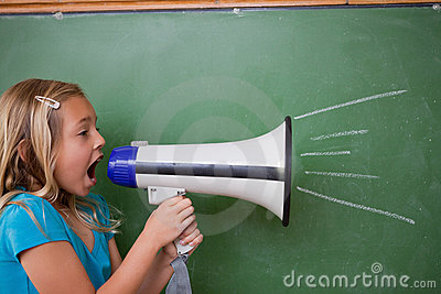 Молодая школьница screaming через мегафон