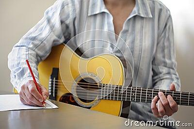 Scrittura di canzone sulla chitarra acustica