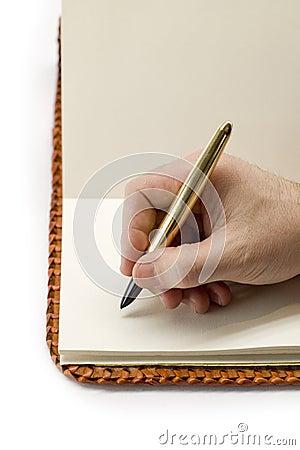 Scrivendo in vecchio libro in bianco
