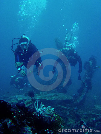 Free Scuba Divers On Saint Cristopher Wreck Philippines Stock Photography - 1117782