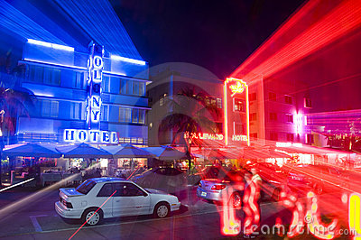 Südstrandmiami-Hotelneonleuchten Redaktionelles Foto