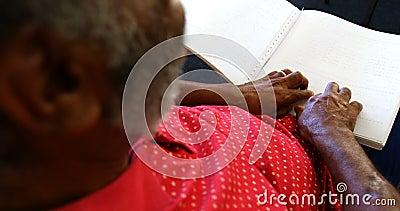 Seção meados de do homem superior cego que lê um livro do braile no lar de idosos 4k video estoque