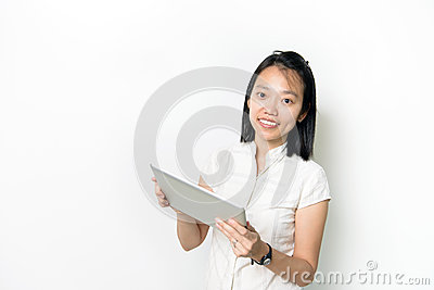 Señora asiática con la libreta