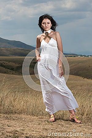 Señora bastante joven en las colinas de un prado