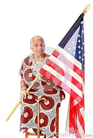 Señora del afroamericano que sostiene el indicador americano